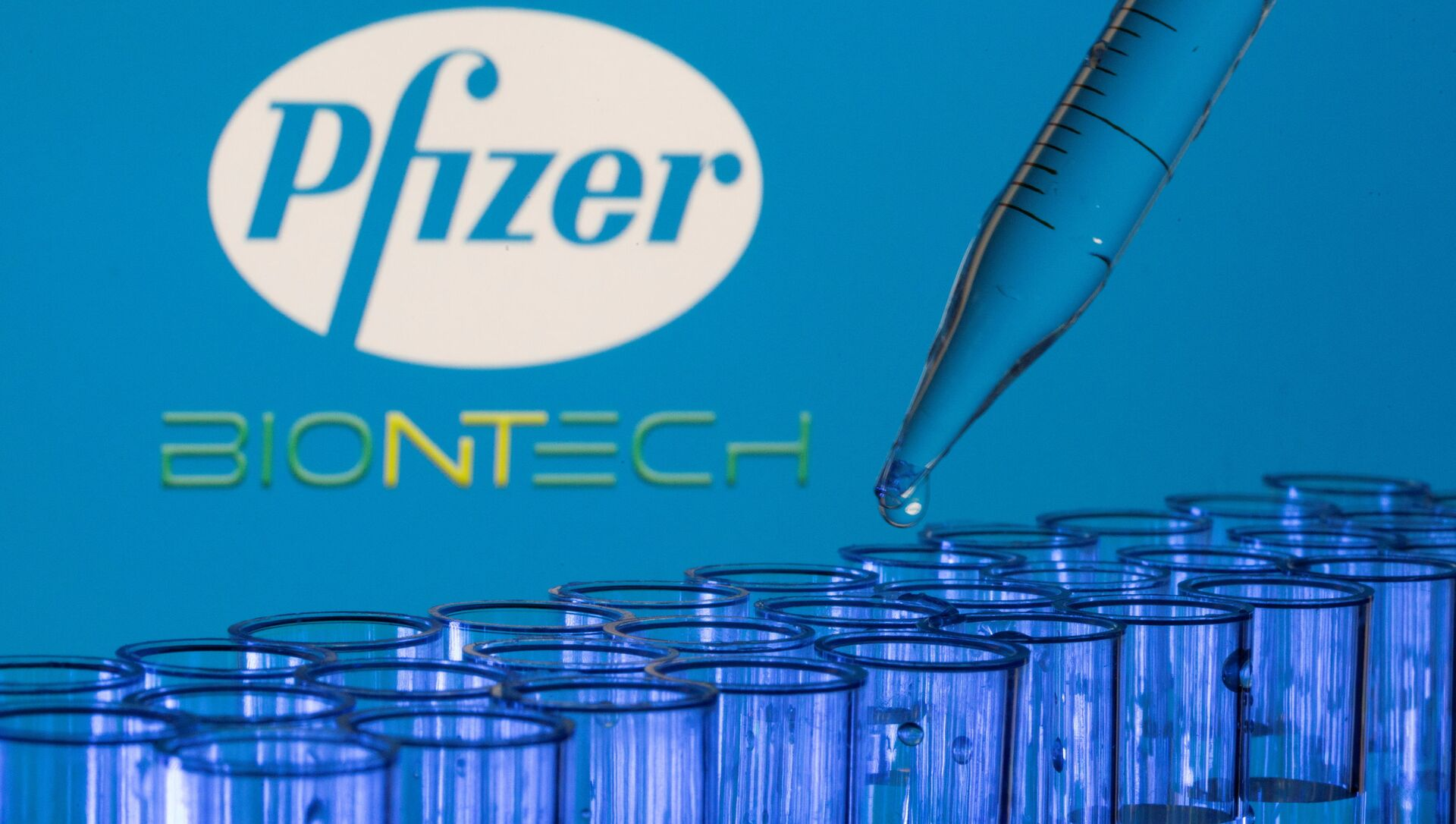 Test tubes are seen in front of displayed Pfizer and Biontech logos in this illustration taken, May 21, 2021. - Sputnik International, 1920, 01.08.2021
