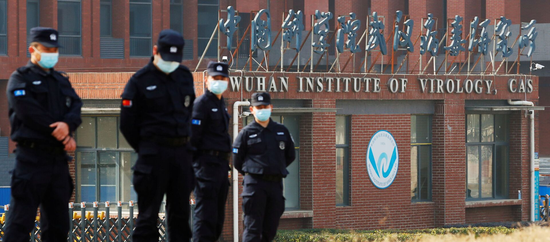 Security personnel keep watch outside Wuhan Institute of Virology during the visit by the World Health Organisation (WHO) team tasked with investigating the origins of the coronavirus disease (COVID-19), in Wuhan, Hubei province, China, 3 February 2021 - Sputnik International, 1920, 05.09.2021