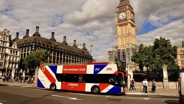 A tour bus driving in London - Sputnik International