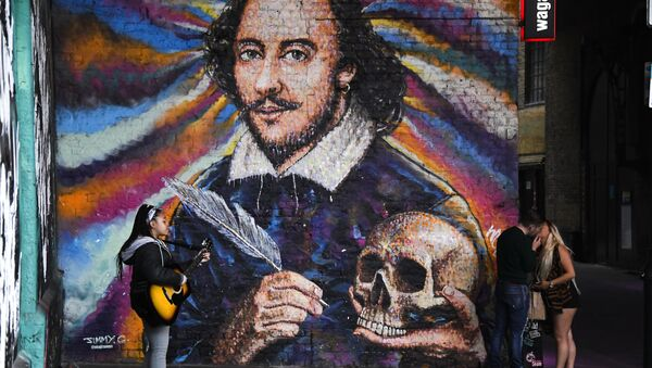 A girl plays guitar and a couple kiss under a mural depicting William Shakespeare on the south bank of river Thames, as the capital is set to reopen after the lockdown due to the coronavirus outbreak, in London, Saturday, July 4, 2020.  - Sputnik International