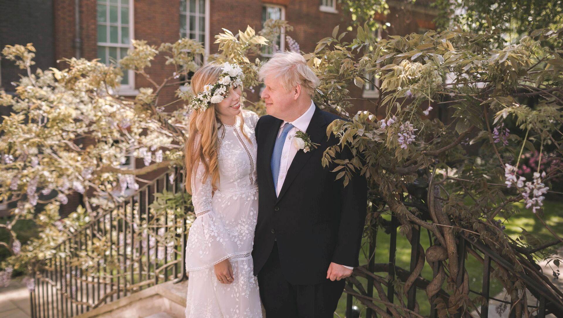 Boris and Carrie Johnson are seen in the garden of 10 Downing Street, after their wedding, in London, Britain May 29, 2021. Picture taken May 29, 2021. Rebecca Fulton/Pool via REUTERS     TPX IMAGES OF THE DAY - Sputnik International, 1920, 15.08.2021