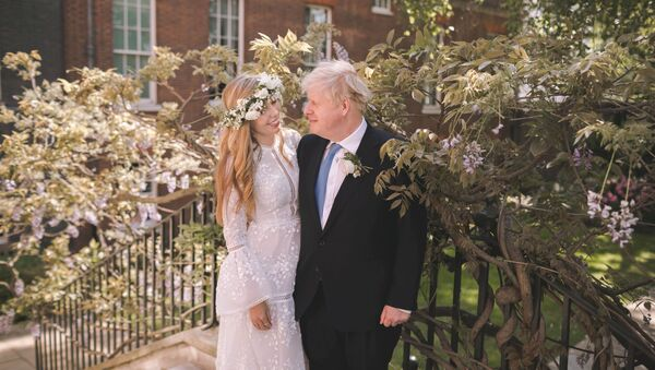 Boris and Carrie Johnson are seen in the garden of 10 Downing Street, after their wedding, in London, Britain May 29, 2021. Picture taken May 29, 2021. Rebecca Fulton/Pool via REUTERS     TPX IMAGES OF THE DAY - Sputnik International