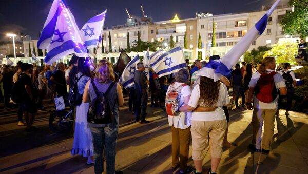 People attend a rally in support of a so-called government of change, a day after right-wing party leader Naftali Bennett threw his crucial support behind a unity government in Israel to unseat Prime Minister Benjamin Netanyahu, in Tel Aviv, Israel May 31, 2021 - Sputnik International