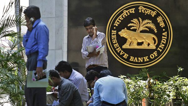 Journalists wait next to the logo of the Reserve Bank of India (RBI), outside its head office in Mumbai, India, Tuesday, April 20, 2010 - Sputnik International