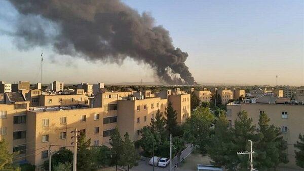 Smoke rises at an oil refinery in Tehran, Iran June 2, 2021 - Sputnik International