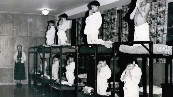 Мальчики молятся на кроватях в школе-интернате Bishop Horden в Канаде, 1950 год  - Sputnik International