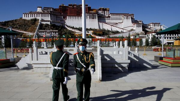 FILE PHOTO: Paramilitary police officers swap positions during a change of guard in front of Potala Palace in Lhasa, during a government-organised tour to Tibet Autonomous Region, China, 15 October 2020. REUTERS/Thomas Peter/File Photo - Sputnik International