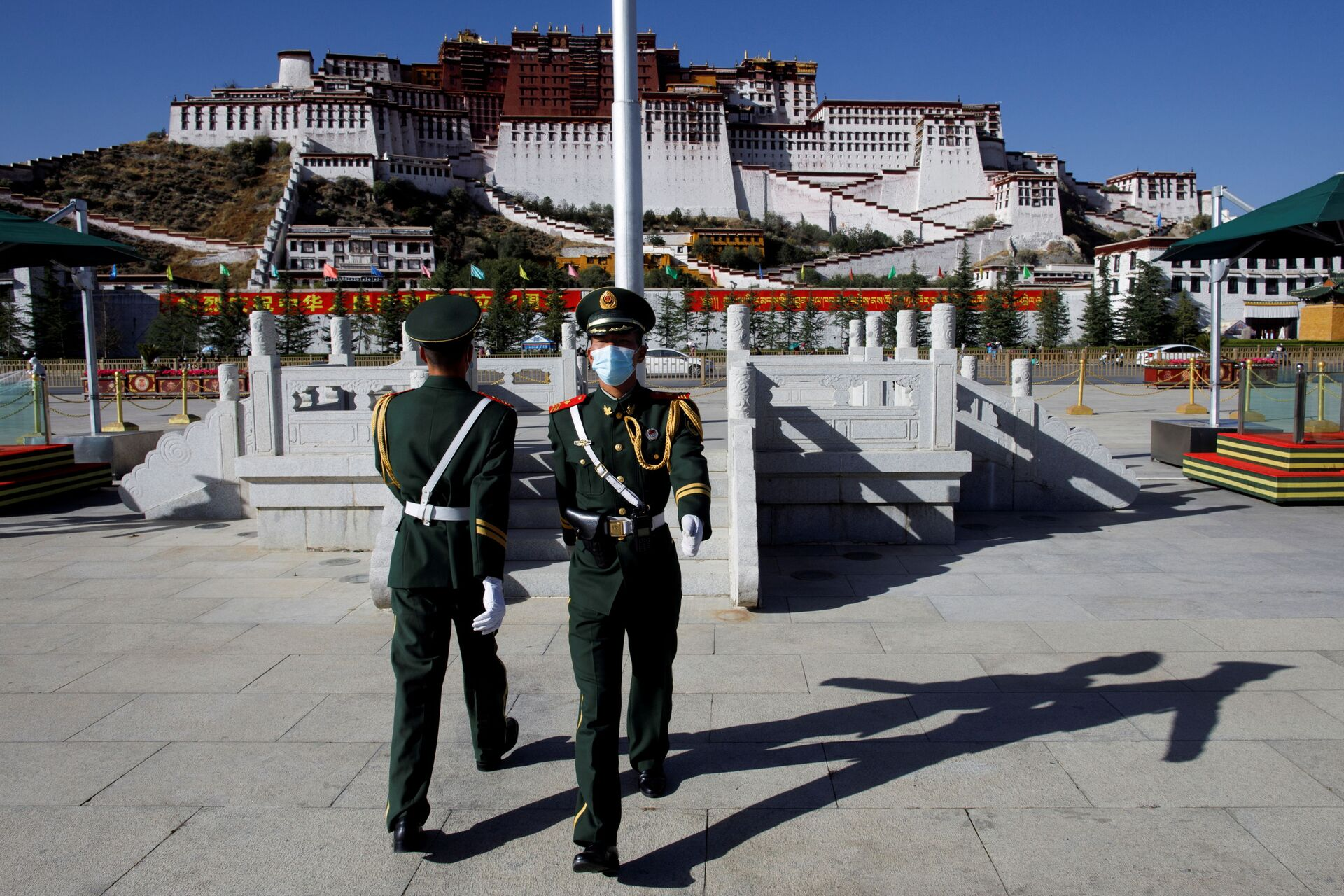 FILE PHOTO: Paramilitary police officers swap positions during a change of guard in front of Potala Palace in Lhasa, during a government-organised tour to Tibet Autonomous Region, China, October 15, 2020. REUTERS/Thomas Peter/File Photo - Sputnik International, 1920, 07.09.2021