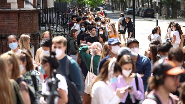 People queue outside a vaccination centre for young people and students at the Hunter Street Health Centre, amid the coronavirus disease (COVID-19) outbreak, in London, Britain, 5 June 2021 - Sputnik International