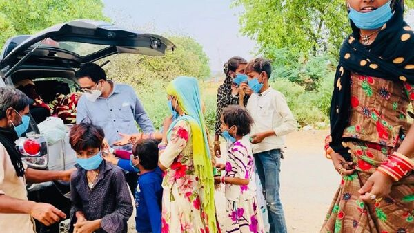 Dr. Kafeel Khan from Delhi is touring around the rural parts of India, spreading optimistic awareness among village dwellers - Sputnik International