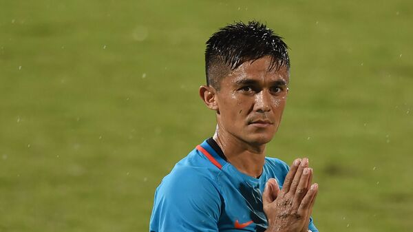 India's captain Sunil Chhetri (C) greets his team's supporters after winning the Hero Intercontinental Cup football match between India and Kenya, in Mumbai, on June 4, 2018.  - Sputnik International