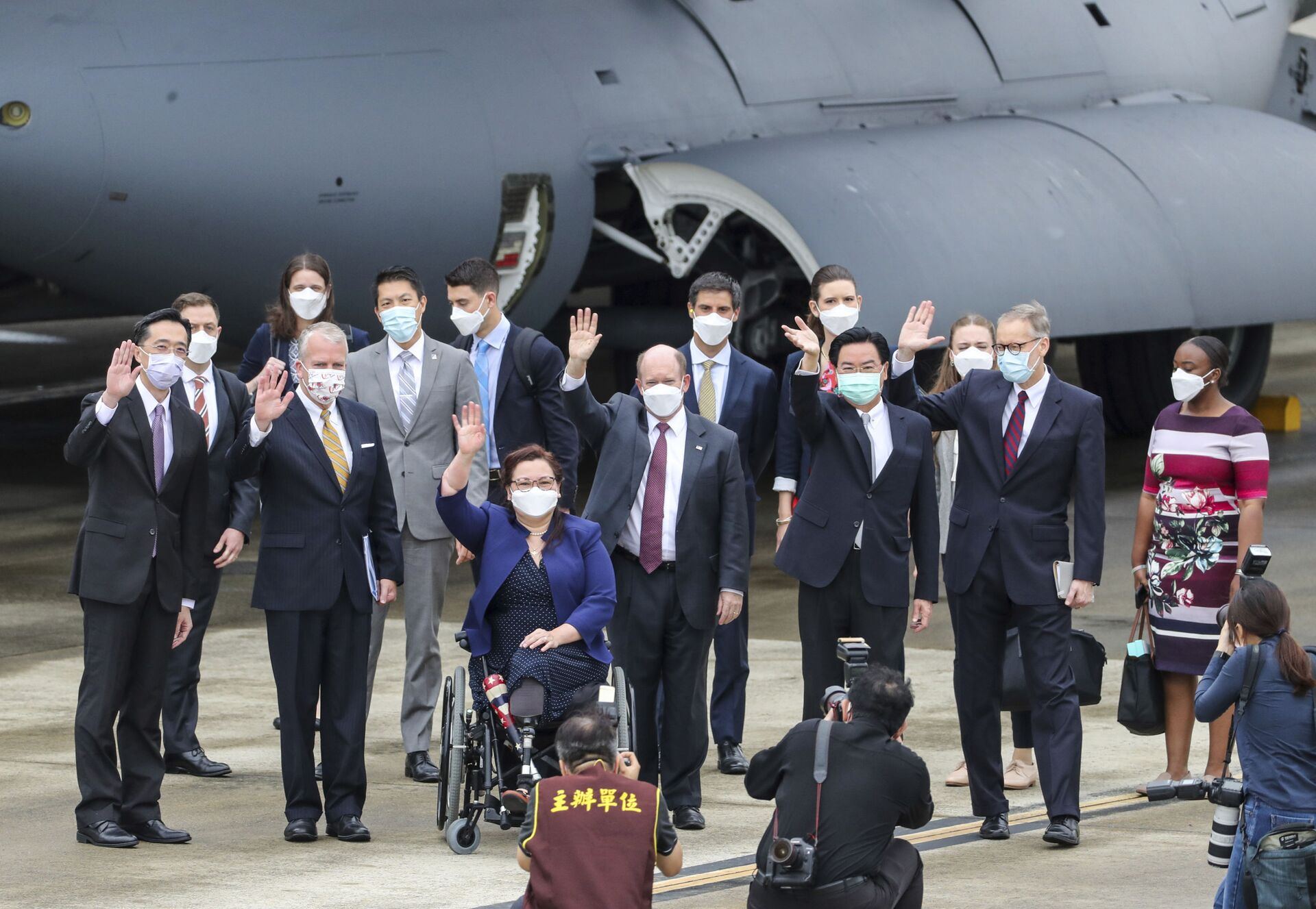 Taiwan's Foreign Minister Joseph Wu, fourth from right, waves with U.S. senators to his right Democratic Sen. Christopher Coons of Delaware, a member of the Foreign Relations Committee, Democratic Sen. Tammy Duckworth of Illinois and Republican Sen. Dan Sullivan of Alaska, members of the Armed Services Committee on their arrival at the Songshan Airport in Taipei, Taiwan on Sunday, June 6, 2021 - Sputnik International, 1920, 07.09.2021