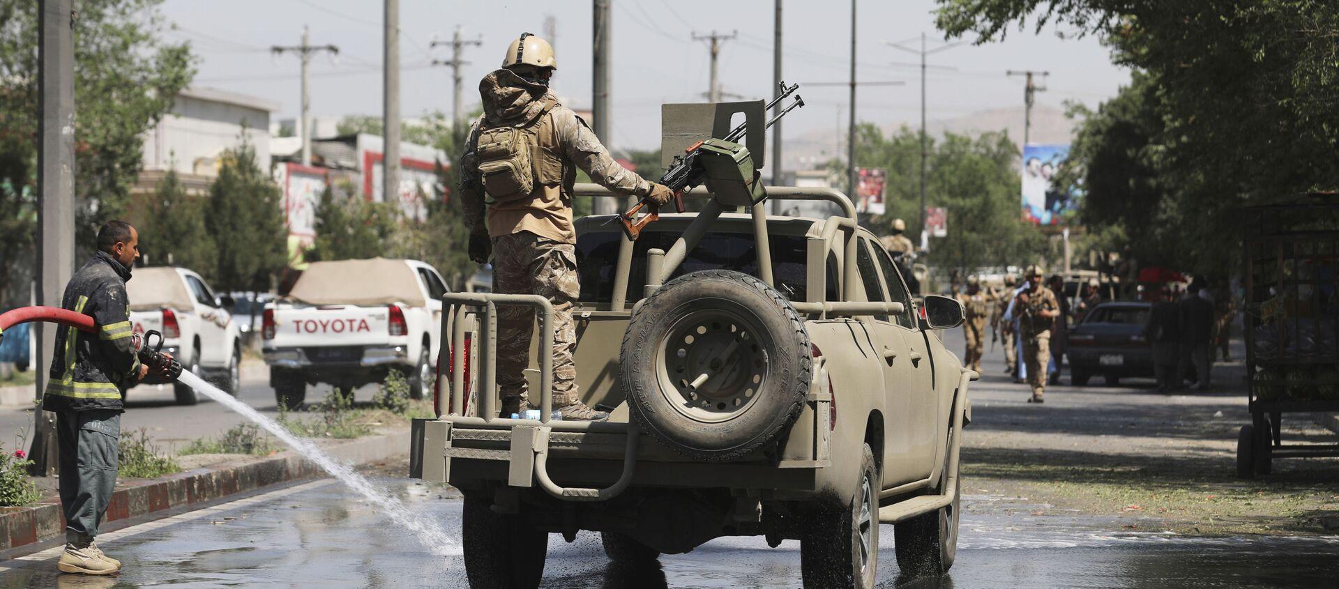 Afghan security personnel leave the scene of a roadside bomb explosion in Kabul, Afghanistan, Sunday, June 6, 2021. - Sputnik International, 1920, 04.08.2021