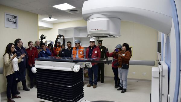 The director of Nuclear Technology, Dr Vivian Rada (L) shows a medical linear accelerator (LINAC) -used for cancer treatments- to Bolivian government authorities during a visit to the Investigation Centre of Nuclear Medicine, in El Alto, Bolivia, on March 10, 2020. - Russian company Rosatom is building the first nuclear research center for medical and agricultural purposes in the Bolivian city of El Alto, which costs 351 million dollars - Sputnik International