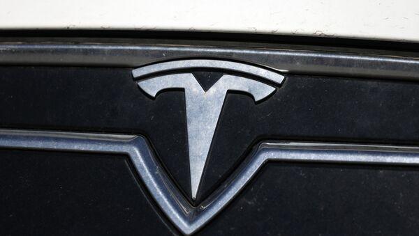 the company logo shones off the grille of an unsold 2020 Model S sedan at a Tesla dealership Sunday, July 19, 2020, in Littleton, Colo. - Sputnik International