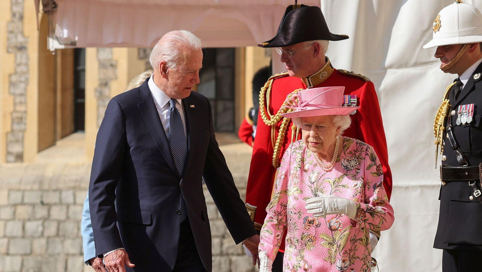 Britain's Queen Elizabeth walks with U.S. President Joe Biden and first lady Jill Biden as they meet at Windsor Castle, in Windsor, Britain, June 13, 2021. - Sputnik International, 1920, 13.06.2021