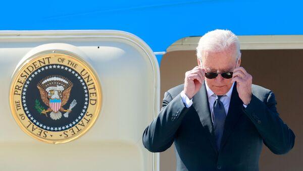 U.S. President Joe Biden steps off Air Force One at Cointrin airport as he arrives ahead of a meeting with Russian counterpart Vladimir Putin in Geneva, Switzerland, June 15, 2021 - Sputnik International