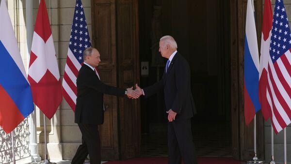 Russian President Vladimir Putin, left, and U.S President Joe Biden shake hands during their meeting at the 'Villa la Grange' in Geneva, Switzerland in Geneva, Switzerland, Wednesday, June 16, 2021 - Sputnik International
