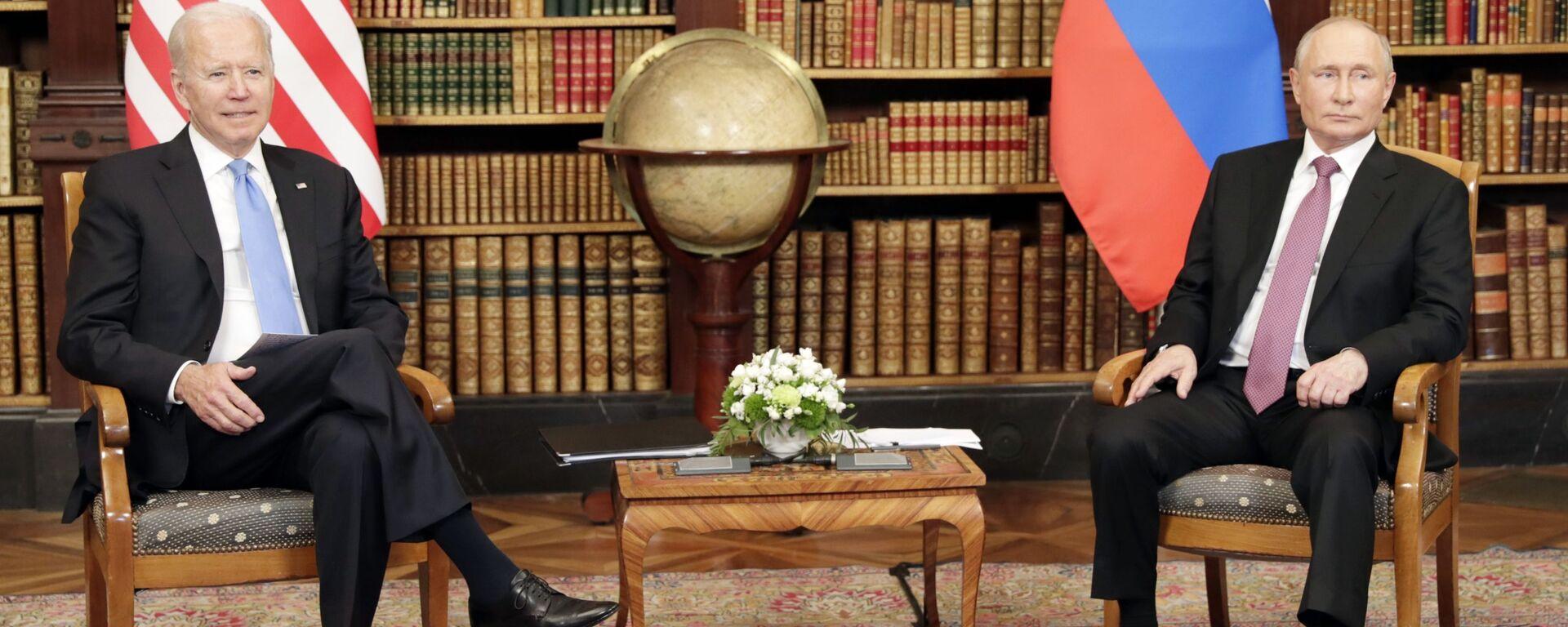 Russian President Vladimir Putin and U.S. President Joe Biden, left, attend a meeting at the Villa La Grange in Geneva, Switzerland - Sputnik International, 1920, 20.08.2021
