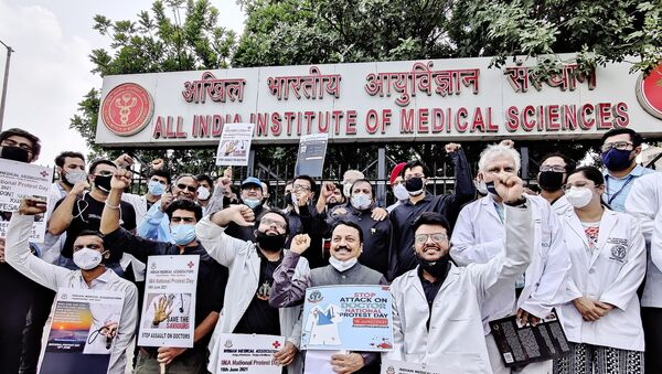 Doctors took part in National Protest Day at AIIMS, New Delhi on Friday to raise their voice against rising violence towards healthcare workers - Sputnik International