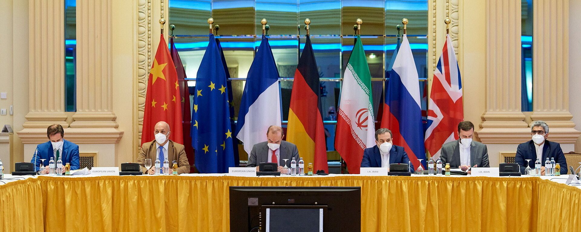 European External Action Service (EEAS) Deputy Secretary General Enrique Mora and Iranian Deputy at Ministry of Foreign Affairs Abbas Araghchi wait for the start of talks on reviving the 2015 Iran nuclear deal in Vienna, Austria June 20, 2021 - Sputnik International, 1920, 21.06.2021
