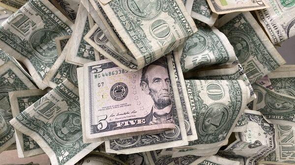 Dollar bills are deposited in a tip box, May 24, 2021 in New York. - Sputnik International