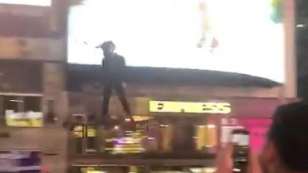 A man flying around New York City's Times Square - Sputnik International