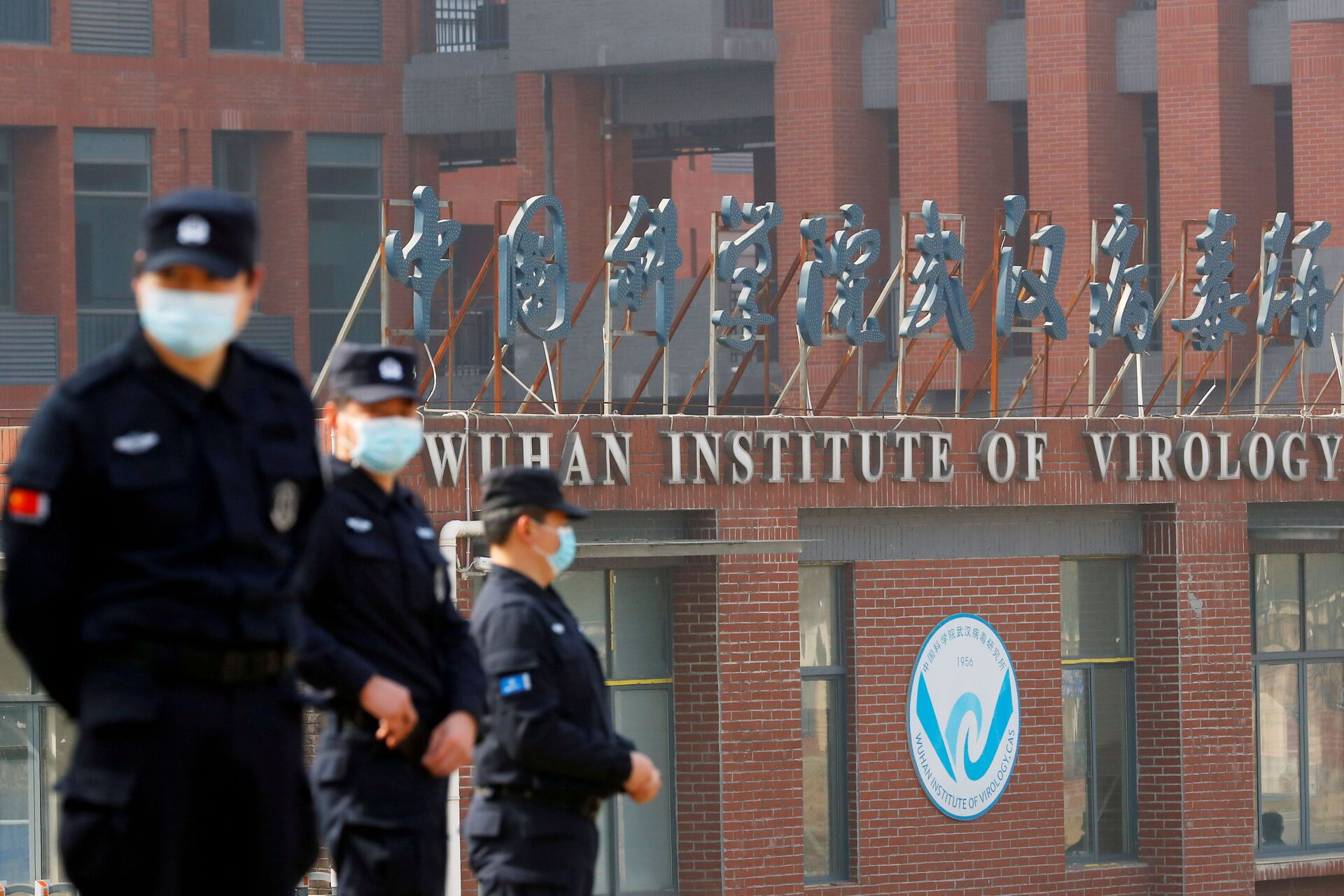 Security personnel keep watch outside the Wuhan Institute of Virology during the visit by the World Health Organization (WHO) team tasked with investigating the origins of the coronavirus disease (COVID-19), inWuhan, Hubei province, China February 3, 2021.  - Sputnik International, 1920, 07.09.2021