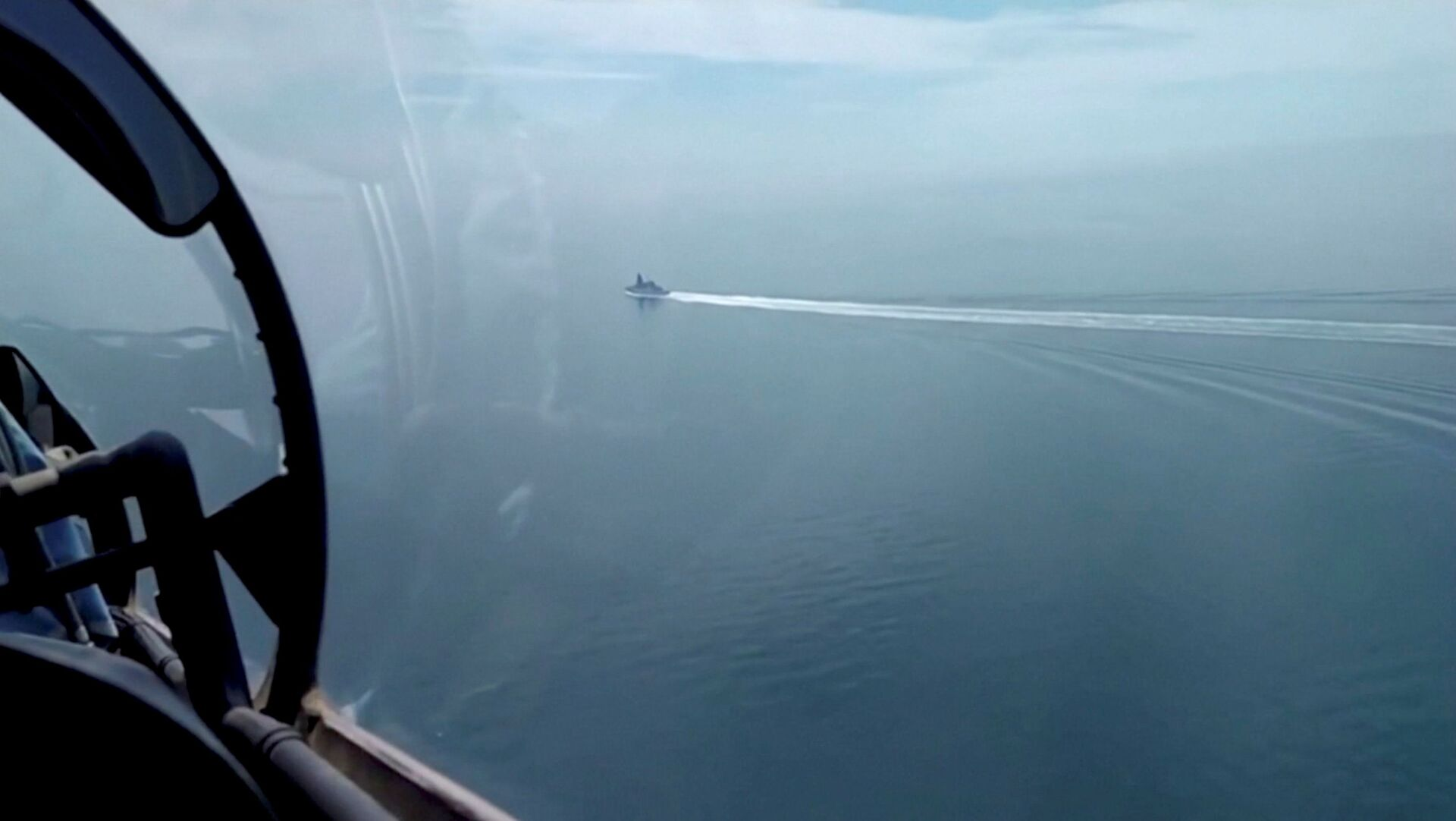A still image taken from a video released by Russia's Defence Ministry allegedly shows British Royal Navy's Type 45 destroyer HMS Defender filmed from a Russian military aircraft in the Black Sea, June 23, 2021. - Sputnik International, 1920, 07.09.2021