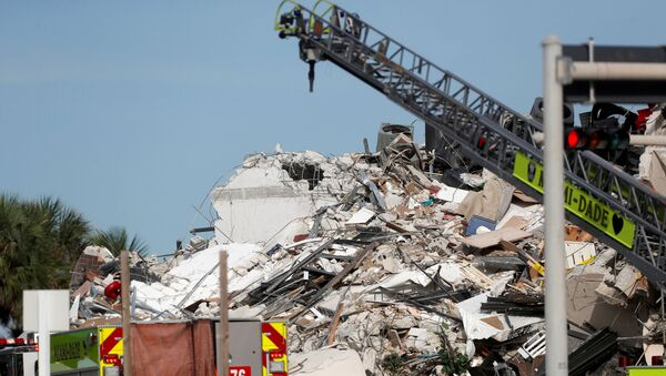 Emergency crew members search for missing residents in a partially collapsed building in Surfside, near Miami Beach, Florida, U.S., June 24, 2021. - Sputnik International