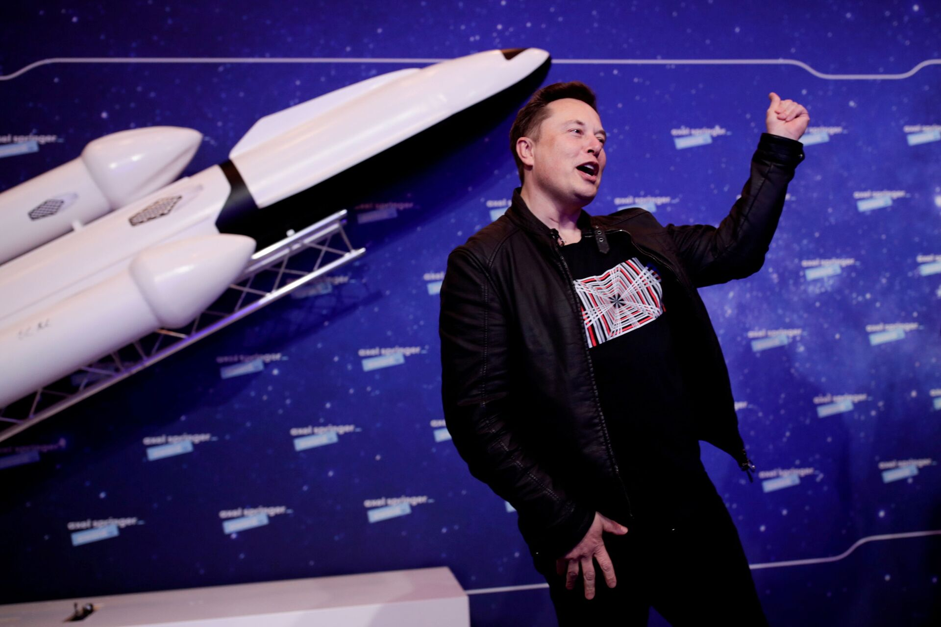 SpaceX owner and Tesla CEO Elon Musk gestures after arriving on the red carpet for the Axel Springer award, in Berlin, Germany, December 1, 2020. - Sputnik International, 1920, 07.09.2021