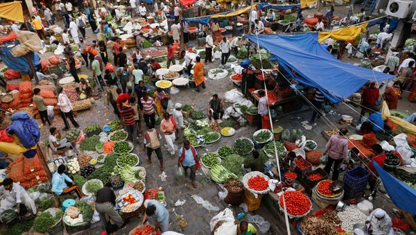 People shop at a crowded wholesale vegetable market after authorities eased coronavirus restrictions, following a drop in COVID-19 cases, in the old quarters of Delhi - Sputnik International