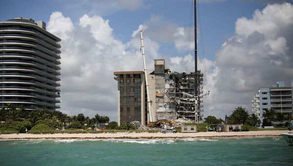 A general view of a partially collapsed residential building as the emergency crews continue search and rescue operations for survivors, in Surfside, near Miami Beach, Florida, U.S. June 27, 2021. - Sputnik International