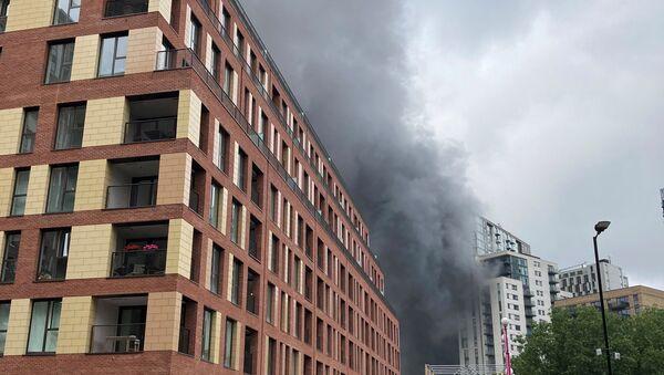 Smoke rises from the fire near Elephant and Castle station in London - Sputnik International