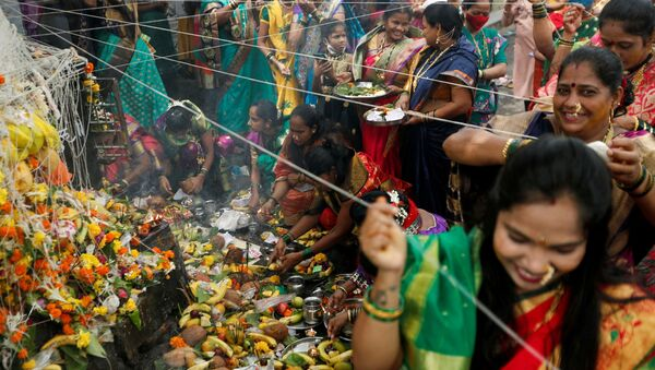 Hindu married women offer prayers and tie a thread around a banyan tree during the festival of Vat Purnima amid the spread of the coronavirus disease (COVID-19), in Mumbai, India, June 24, 2021 - Sputnik International