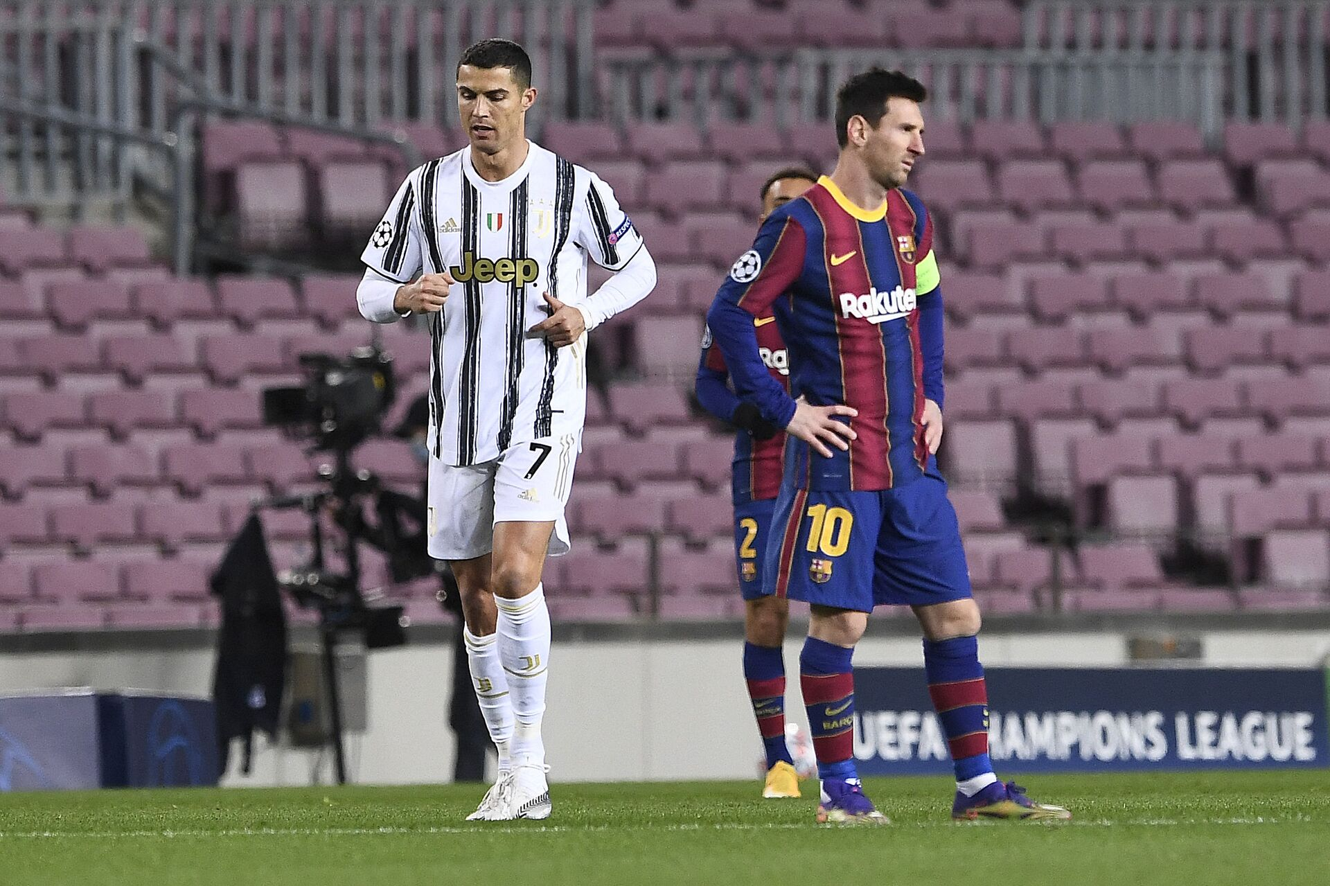 Juventus' Portuguese forward Cristiano Ronaldo (L) walks past Barcelona's Argentinian forward Lionel Messi during the UEFA Champions League group G football match between Barcelona and Juventus at the Camp Nou stadium in Barcelona on December 8, 2020 - Sputnik International, 1920, 07.09.2021