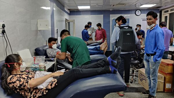 People donate blood at the blood donation camp organised by the resident doctors who work at the Dr Ram Manohar Lohia Hospital in New Delhi, India. - Sputnik International