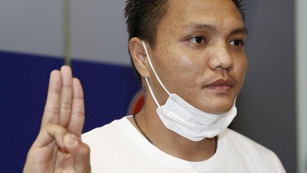 Pyae Lyan Aung, a Myanmar national football substitute goalkeeper, shows a three-finger salute after intending to seek refugee asylum at Kansai International Airport in Osaka Prefecture, Japan June 17, 2021 - Sputnik International
