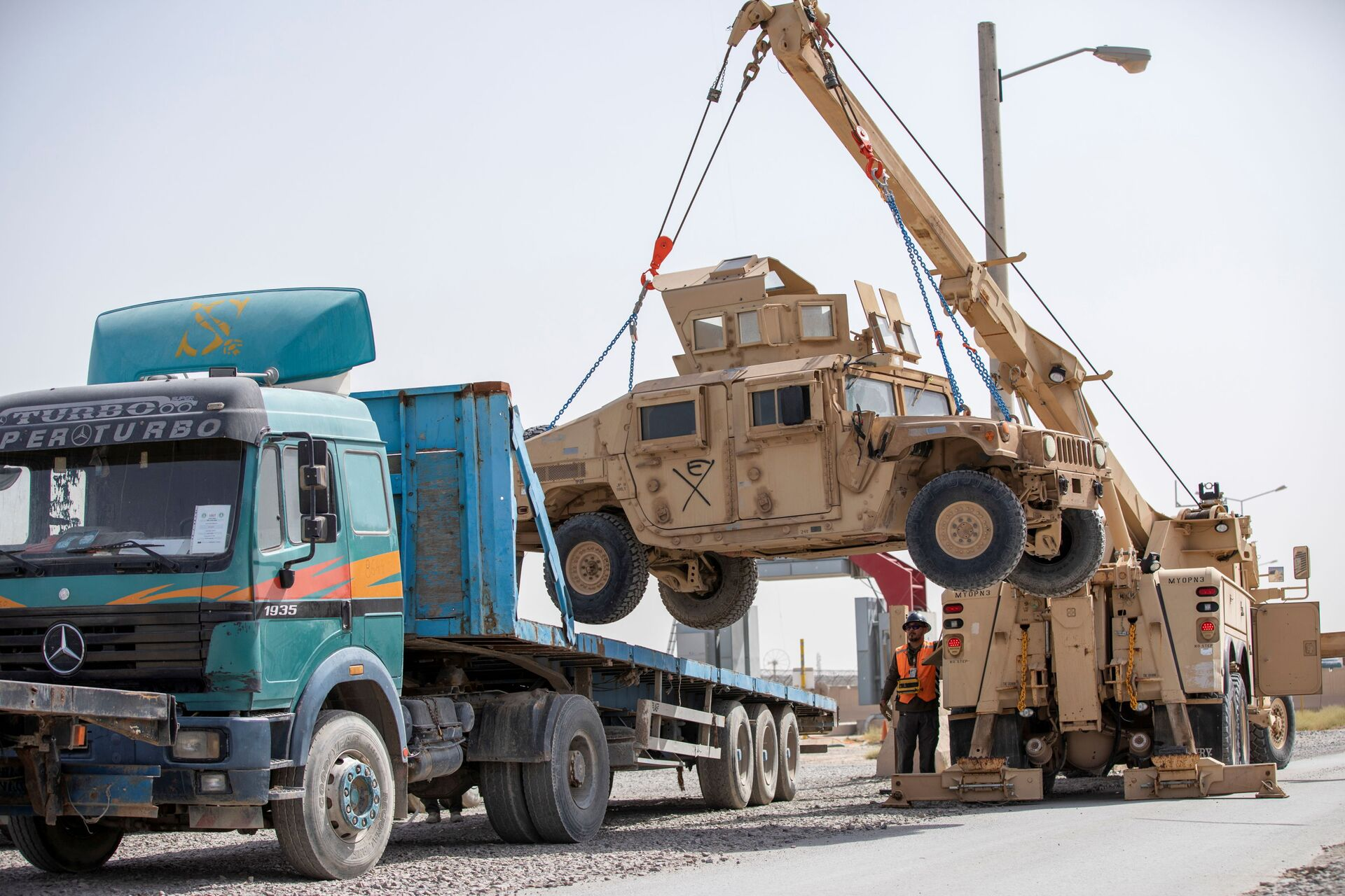 U.S. Army soldiers and contractors load High Mobility Multi-purposed Wheeled Vehicles, HUMVs, to be sent for transport as U.S. forces prepare for withdrawl, in Kandahar, Afghanistan, July 13, 2020. - Sputnik International, 1920, 07.09.2021