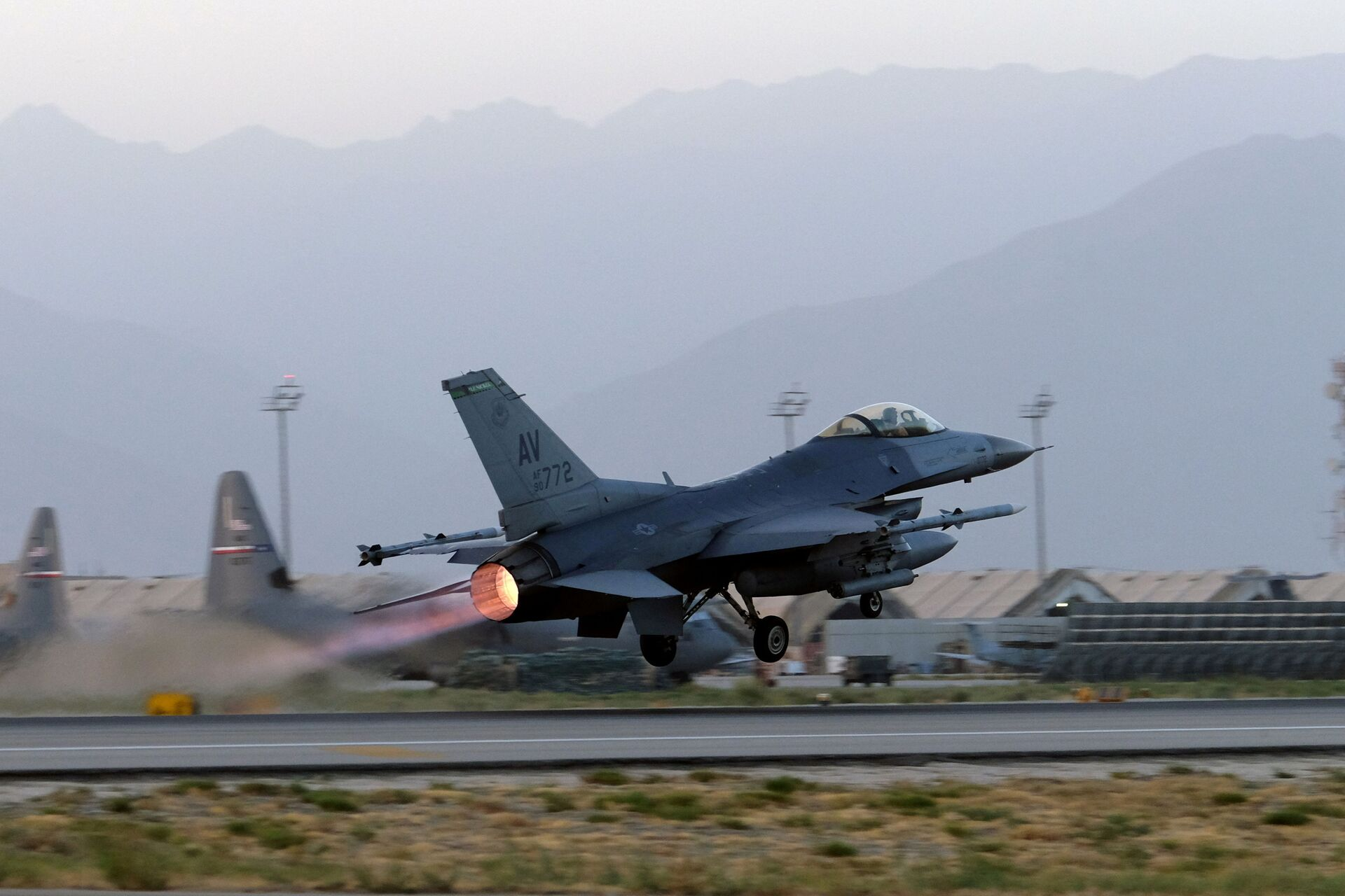 A U.S. Air Force F-16 Fighting Falcon aircraft takes off for a nighttime mission at Bagram Airfield, Afghanistan, August 22, 2017. Picture taken August 22, 2017.  - Sputnik International, 1920, 07.09.2021