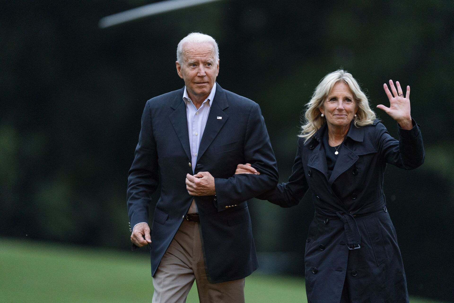 President Joe Biden with first lady Jill Biden returns to the the White House in Washington, Thursday, July 1, 2021, from a trip to Florida where he met with first responders and family members from condo tower in Surfside, Fla., that collapsed last week - Sputnik International, 1920, 07.09.2021