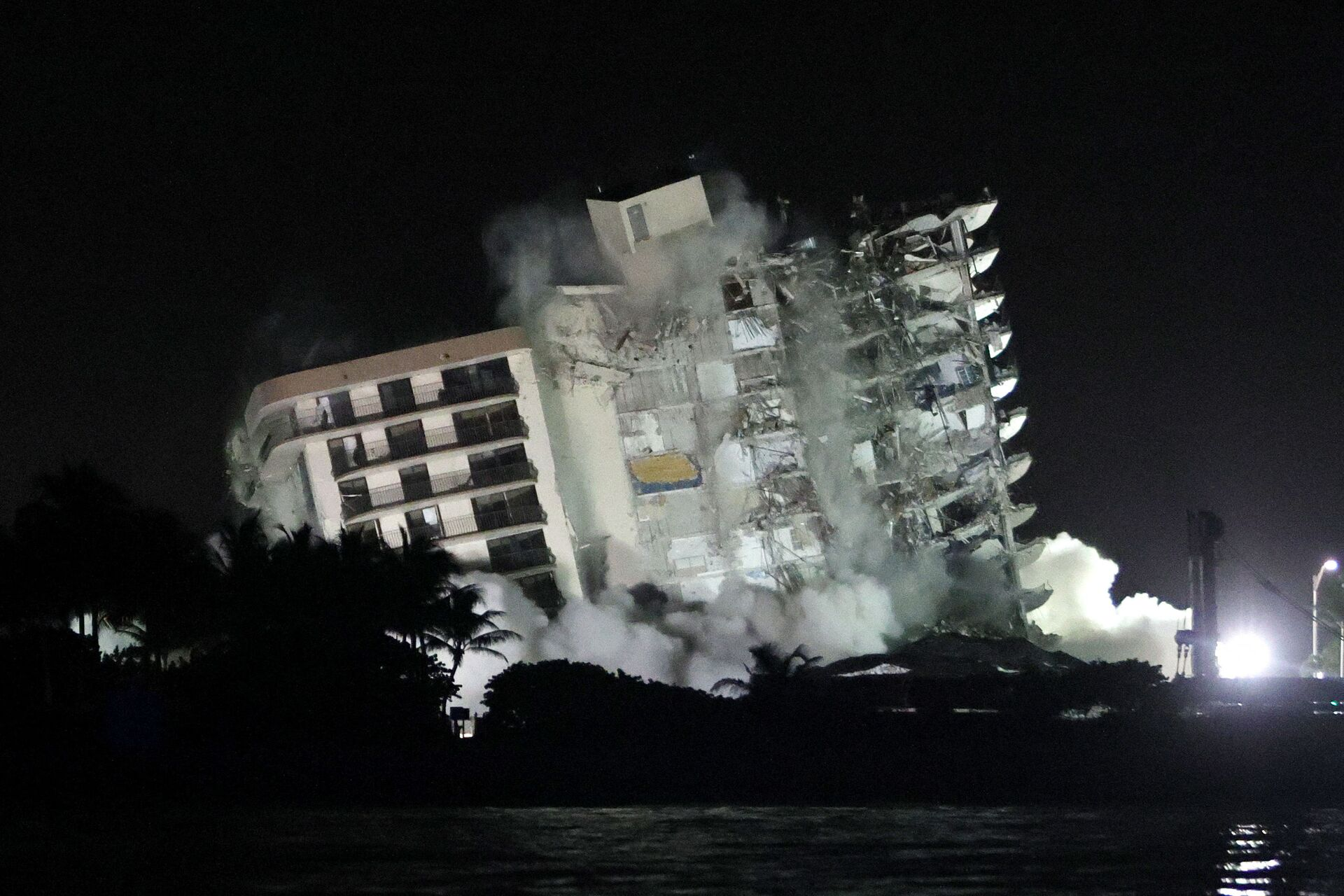 The remaining part of the partially collapsed 12-story Champlain Towers South condo building falls with a controlled demolition on July 4, 2021 in Surfside, Florida. The decision by officials to bring the rest of the building down was brought on by the approach of Tropical Storm Elsa and fears that the structure might come down in an uncontrolled fashion. Over one hundred people are missing as the search-and-rescue effort continues. - Sputnik International, 1920, 07.09.2021