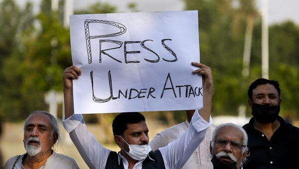Pakistani journalists and members of civil society take part in a demonstration called by journalists union to condemn the attack on journalists, in Islamabad, Pakistan, Friday, May 28, 2021 - Sputnik International