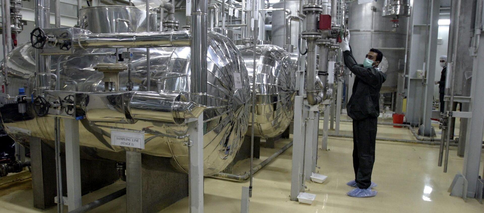 An Iranian technician works at a Uranium Conversion Facility (UCF) in Isfahan 20 November 2004 - Sputnik International, 1920, 05.07.2021