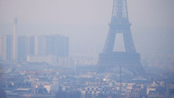 The Eiffel Tower is surrounded by a small-particle haze which hangs above the skyline in Paris, France, December 9, 2016 as the City of Light experienced the worst air pollution in a decade. - Sputnik International