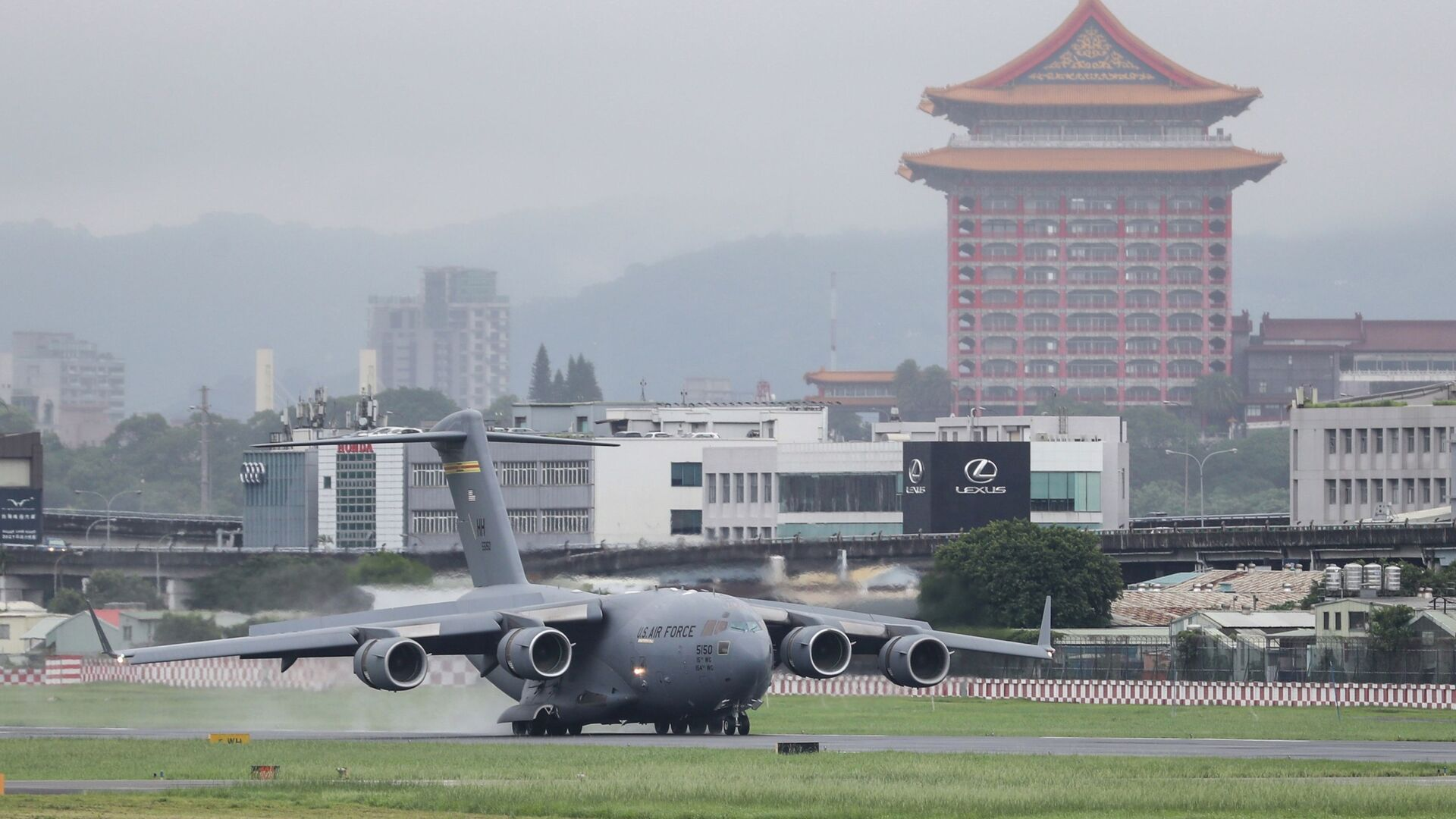 A U.S. military aircraft carrying a group of U.S. senators arrives at the Songshan Airport in Taipei, Taiwan on Sunday, June 6, 2021 - Sputnik International, 1920, 12.08.2021