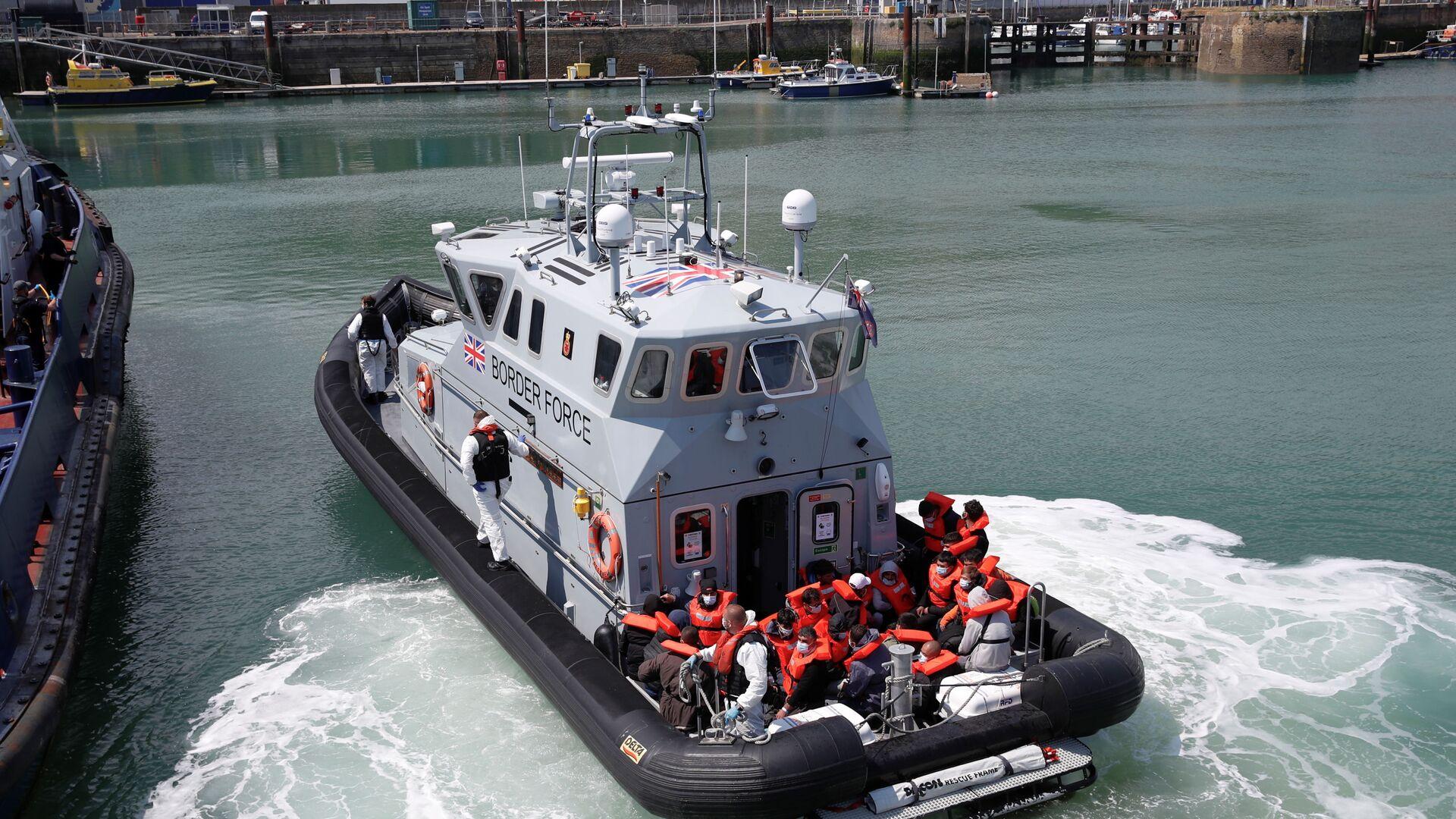 British Border Force staff bring migrants into Dover harbour, in Dover, Britain, June 6, 2021 - Sputnik International, 1920, 09.09.2021