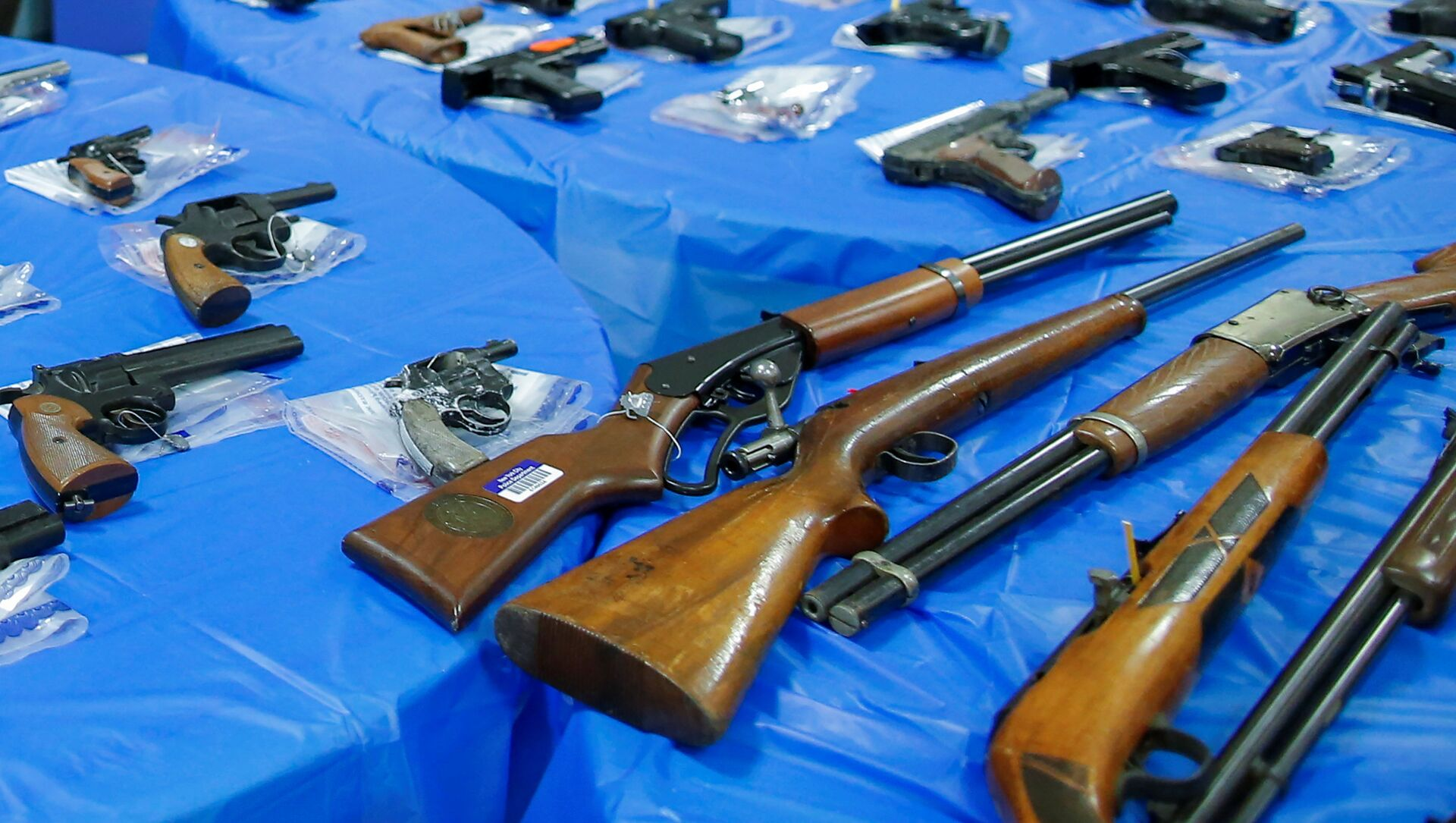 Guns are displayed after a gun buyback event organized by the New York City Police Department (NYPD), in the Queens borough of New York City, U.S., June 12, 2021. - Sputnik International, 1920, 04.08.2021