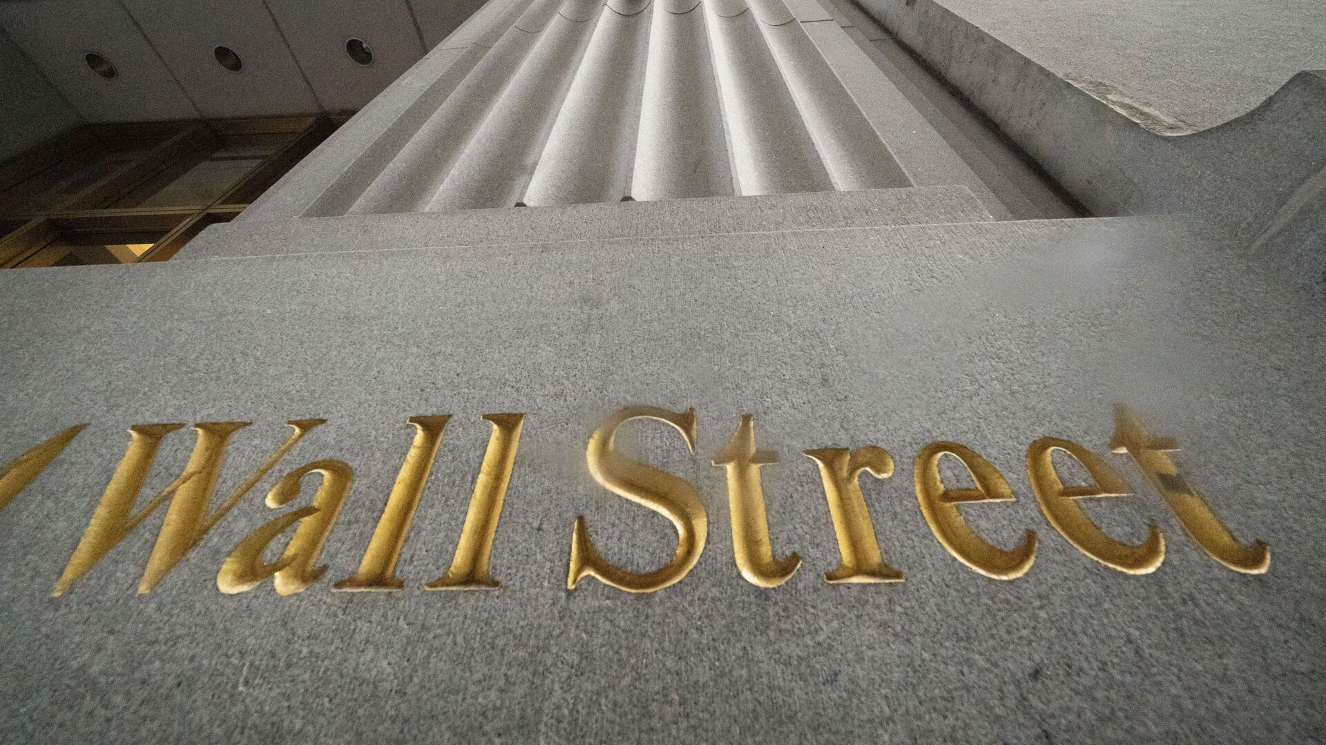 n this Nov. 5, 2020 file photo, a sign for Wall Street is carved in the side of a building. Stocks are easing lower in early trading on Wall Street, pulling major indexes slightly below the record highs they reached last week. - Sputnik International, 1920, 13.10.2021