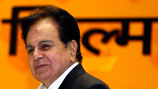 Bollywood star Dilip Kumar smiles after receiving a lifetime achievement award from India's President Pratibha Patil (unseen) during the 54th national film awards ceremony in New Delhi September 2, 2008. - Sputnik International
